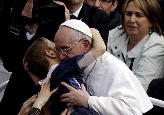 Ferenc pápa már az első húsvéti ünnepségén közel került a híveihez. A 2013-as esemény talán legmeghatóbb pillanata az volt, amikor az egyházi főméltóság magához ölelt egy nyolcéves mozgássérült kisfiút. A gyermek szüleivel Rhode Islandből érkezett Rómába.