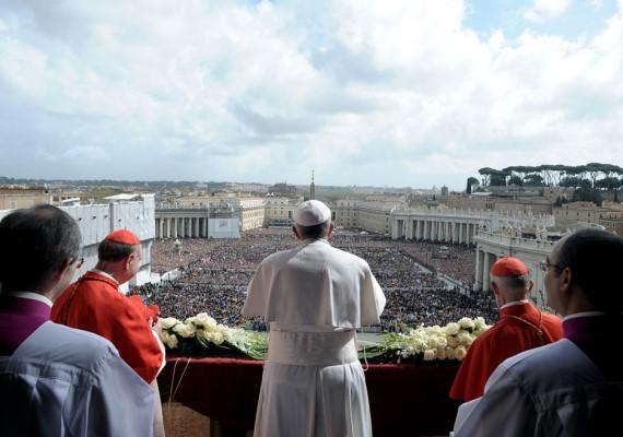 Az ünnepségnek vannak bizonyos pontjai, amelyek nem hiányozhatnak egyik évben sem. Ilyen például, hogy a mindenkori pápa Urbi et Orbi áldást mond. Az éhezés és a világ konfliktusainak megszűnéséért, valamint a gyengék - nők, gyermekek, idősek és bevándorlók - védelméért imádkozott Ferenc pápa 2014-ben.