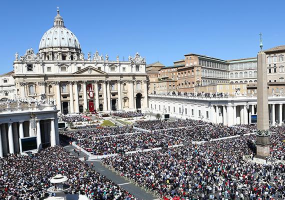 Húsvét vasárnapja legalább olyan figyelmet kap a zarándokok körében, mint egy új pápa megválasztása vagy egy korábbi szentté avatása. A két évvel ezelőtti alkalom azért volt igazán különleges, mert ekkor tartott először húsvéti misét Ferenc pápa a híveinek. Ezen a napon közel 250 ezer ember jelent meg.