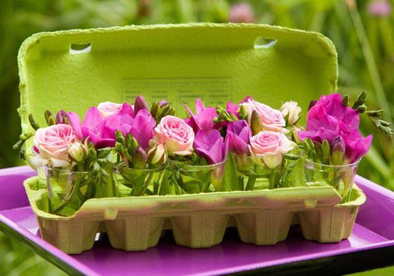 Egy tojástartót fess le zöldre, és állíts bele stampedlis poharakat. Töltsd meg őket vízzel, és tegyék mindegyikbe vágott virágot.