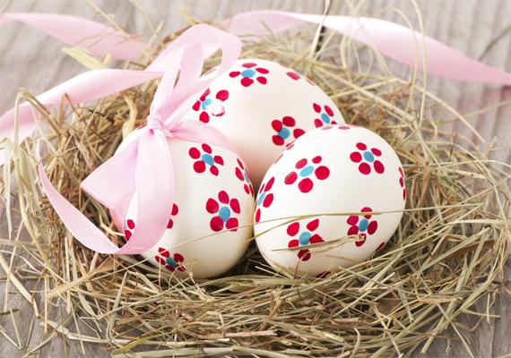 Ha ecset helyet egy fültisztító pálcikát mártasz temperába, azzal nagyon egyszerűen készíthetsz virágszirmokat a tojásra.
