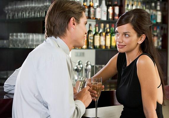 Ne hazudj! Az első randi arról kell, hogy szóljon, hogy megpróbáljátok, amennyire lehetséges, megismerni egymást, és eldönteni, hogy lehet-e a dolognak folytatása. Ha hazudsz, hamis képet festesz magadról a férfi szemében, és nehéz helyzetbe is hozod magad, hiszen az első hazugság másodikat és sokadikat fog szülni, és folyton arra kell figyelned, hogy következetesen füllents.