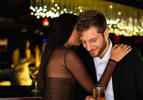 Ne nyomulj! Bár kell, hogy éreztesd vele, hogy tetszik neked, és szívesen randiznál még vele, ne vidd túlzásba a dolgot. Ha folyton megérinted, túl közel ülsz hozzá, és talán még szexuális utalásokat is teszel, hogy felcsigázd, biztos lehetsz benne, hogy nem fog komolyan venni. Több mint valószínű, hogy könnyű prédát fog látni benned, nem pedig egy potenciális barátnőt. Légy visszafogott! Hidd el, egy titokzatos tekintettel, egy huncut mosollyal többre mész.