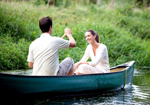 Ne ijeszd el! Bármilyen romantikus is legyen a szituáció, soha ne kezdj a közös jövőtökről, mindent elsöprő szerelemről, házasságról és gyerekekről beszélni már az első randin. Ez a téma csak akkor merüljön fel, ha már hosszú ideje együtt vagytok, és akkor is jobb, ha a férfi hozza fel elsőnek.