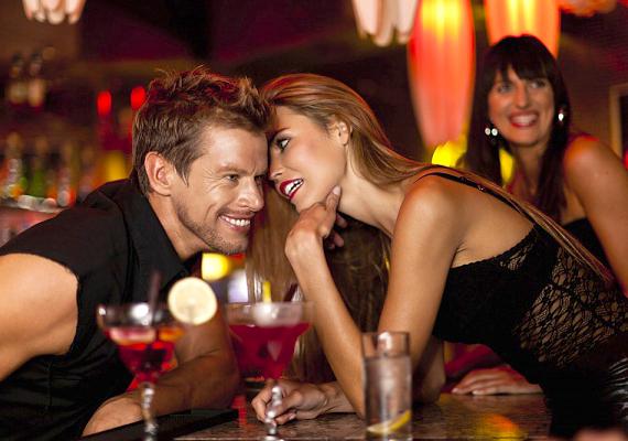 A női társaság alapvetően izgató hatással van a férfi fantáziájára. Ha olyan hölgyek koszorújában lehet, akik csinosak, jókedvűek és isszák a szavait, jól szórakozik, és jó pasinak is érzi magát, ami egyúttal szexuális izgalomba is hozza.
