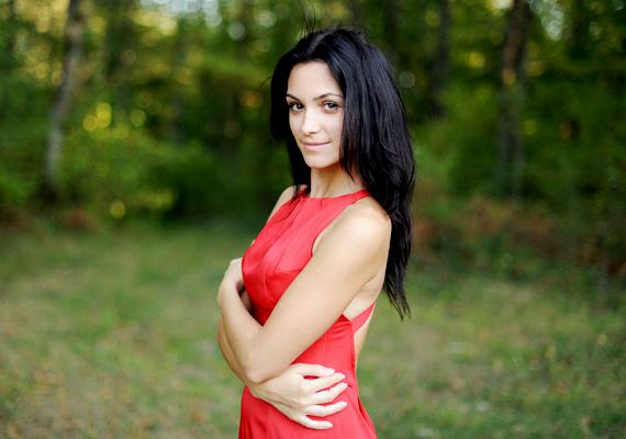 Nem nagy újdonság ugyan, de nagyon is igaz, hogy bármi is az aktuális divatszín, a piros mindig trendi. Sőt, még izgató is a férfiak számára! A Journal of Personality and Social Psychology által közölt kutatás szerint a férfiak, ha ugyanazt a nőt piros, illetve más színű ruhában mutatták képeken nekik, a piros ruhás verziót találták szexibbnek.