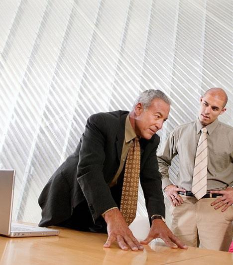Lefelé fordított tenyérAmennyiben a főnököd próbál befolyásolni, valószínűleg a lefelé fordított tenyere leplezi majd le előtted. Ez a gesztus ugyanis parancsoló nyomatékot ad annak, aki gyakorolja.