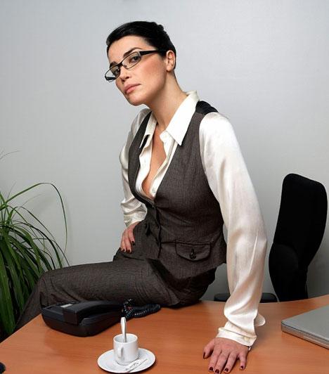 FeljebbHa valaki hozzád képest feljebb helyzkedik el, akár úgy, hogy feljebb ül, akár úgy, hogy te ülsz, ő pedig áll, gyanakodhatsz, hogy szavainak úgy akar nyomatékot adni, hogy hatalmi pozícióba helyezkedik.Kapcsolódó cikk:Megfélemlíteni vagy barátkozni akar a főnököd? »