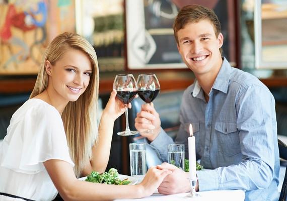 Ha alkoholt fogyasztotok a randin, az semmiképp ne legyen túl sok! A vacsorához elfogyasztott egy pohár bor még belefér, de nem szabad túl sokat inni, mert akkor feloldódnak a gátlások, és az ember olyat tesz vagy mond, amit később megbánhat. Az is fontos, hogy a randin soha nem illik valami rövid italt rendelni! Kérj inkább üdítőt, így ura maradhatsz a helyzetnek, és a pasi sem fog kiábrándítónak találni.
