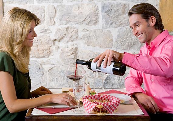 Ha a pasi a randin étterembe visz, akkor a következő három dolgot is neki kell megtennie. Először is, az asztalhoz érvén a férfinak a széket finoman a nő alá kell segítenie. Másodsorban, rendeléskor azokat az ételeket és italokat is neki kell elmondania a pincérnek, amiket te fogyasztasz. Végül pedig a kihozott üveges italt - ha a pincér nem teszi - a férfinak kell kitölteni, először a nőnek, majd magának.