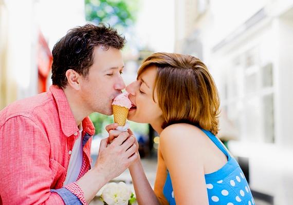 Mindig mérlegelj, meddig mész el a randin, pláne, ha még csak az első néhány találkáról van szó! Nem illik ugyanis túl kihívóan viselkedni. Ha így teszel, azzal többet ártasz, mint használsz. A pasi, ha azt látja, hogy nincs benned tartás, nem fog komolyan venni, és talán a hosszú távú kapcsolatról is lemondhatsz vele. Úgy is lehetsz csábító, ha nem vagy közönséges, és nem kacérkodod túl a randit. Sőt! A pasik legtöbbjének az jön be, ha egy nő nem adja könnyen magát.