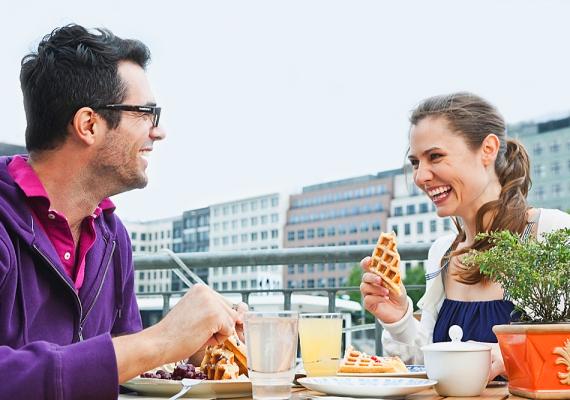 Ha a randin elmentek enni valahová, ügyelj arra, hogy kulturáltan étkezz! Az ételt apró falatokban fogyaszd, és ne beszélj vagy nevess teli szájjal! Ha késsel-villával fogyasztandó ételt esztek, akkor ne egyél csak villával, még akkor sem, ha az ételt úgy is meg lehetne enni. Az is fontos, hogy randira ne jóllakni menj, tehát, ha eszel is valamit, ne valami óriási adag legyen, hogy utána mozdulni se bírj! Ilyenkor a beszélgetés a fontosabb, nem az evés.