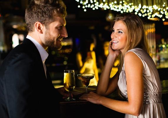Randira soha nem illik túlságosan kihívó öltözékben menni. Olyan ruhát válassz, ami nőies, jól áll neked, kényelmes, de semmiképp nem túl mélyen dekoltált vagy túl rövid. A szoknya minimum hossza térd felett 10-15 centi kell, hogy legyen. Ha miniben érkezel a randira, a pasi könnyűvérű nőcskének fog tartani, amit nyilván nem szeretnél. Arra is figyelj, hogy a programnak megfelelő öltözéket válaszd!