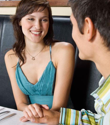 Röpke érintésNe várj arra, hogy a férfi érintsen meg először. Egy-egy véletlenül elejtett érintéstől vagy leheletnyi súrlódástól garantáltan felbátorodik.