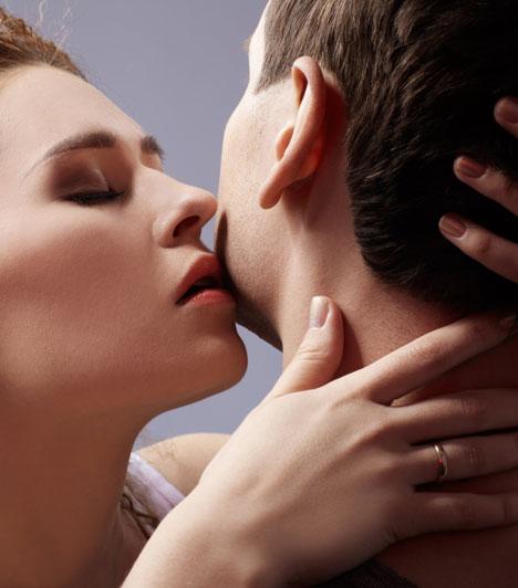 HajsimogatásPersze egy jól irányzott és időzített csók önmagában is hatásos, de fokozza az élvezetet, ha közben megsimítod a haját, vagy a tarkóján hagyod a kezed.