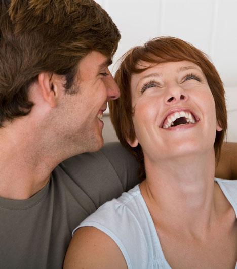 Nevetés  A nevetés is remek libidóemelő hatással bír, főleg, ha a férfi poénjainak szól. A kutatások szerint a férfi és a nő is teszteli a humoron keresztül az összeillőséget. A férfi ahhoz vonzódik inkább, aki nevet a viccein, a nő pedig azt találja viccesnek, akihez vonzódik.  Kapcsolódó cikk: Ezt teszteli rajtad a férfi az első randin »