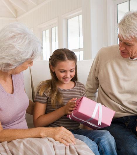 Bízd rájuk!  Gyakori konfliktusforrás adódik a gyerekekkel kapcsolatban a szülők és nagyszülők között, ha a nagyszülők más nevelési elveket vallanak, és több mindent megengednek a gyereknek. Nem kell azonban pánikba esned attól, ha náluk a csemetéd több édességet kap, vagy később fekszik. Ha tisztában van az otthoni szabályokkal, nem fogja tőletek is elvárni ezt.