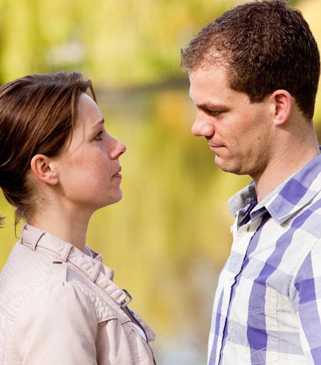 Kommunikálj!  A hosszú kapcsolatban fontos, hogy ha valami zavar, azt minél nyíltabban, és érzelmi zsarolás nélkül add a párod tudtára, és lehetőleg minél hamarabb, amint felmerül. Így elkerülheted, hogy a szőnyeg alá söpört dolgok felhalmozódjanak és később alattomosan visszaüssenek.  Kapcsolódó cikk: 4 apró jel, melyből kiderül, hogy a kapcsolat hosszú távú lesz »