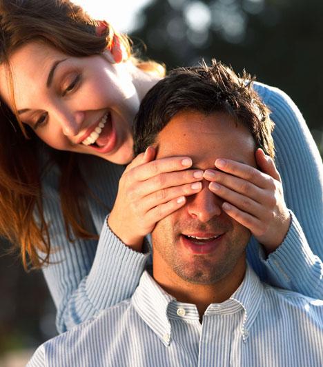Meglepetés  A meglepetések és a spontaneitás az unalom remek ellenszerei. Akár hirtelen ötlettől vezérelve hívod a párodat egy délutáni sétára vagy kávézásra, vagy apró ajándékkal, gesztussal kedveskedsz neki, biztosan nem marad hatástalan.  Kapcsolódó cikk: Mennyire lesztek boldogok 10 év múlva? »