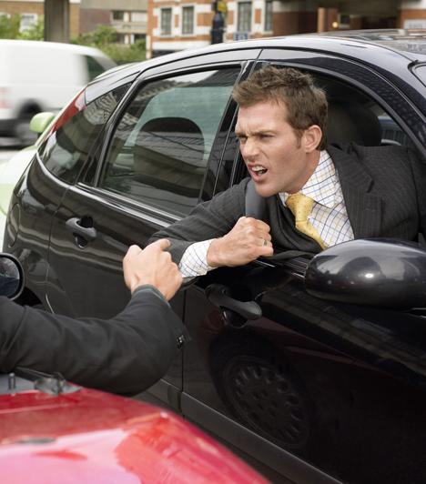 Az agresszív  Persze, bizonyos mértékű agresszió hozzátartozik a férfiléthez, ám aki hirtelen haragú, nem tudja fékezni az indulatait, ezért akár verbálisan, akár fizikailag bánt másokat, az lehet, hogy később veled is hasonlóan viselkedik majd.