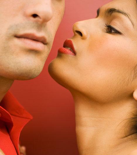 Erotika  Ne feledkezzetek meg az erotikáról sem. A megszokott puszi helyett adj alkalmanként egy szenvedélyes csókot, és persze a csábítás se maradjon el.  Kapcsolódó cikk: 5 rafinált előjáték »