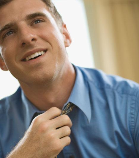 Tollászkodás  A nyakkendő- vagy a haj-, esetleg mandzsettaigazítás a legklasszikusabb jelzések közé tartozik. Nemcsak azt üzeni, hogy a férfi kissé ideges, de azt is, hogy szeretné a legjobb formáját hozni előtted.  Kapcsolódó cikk: Ezt nézik meg először a férfiak a nőn »