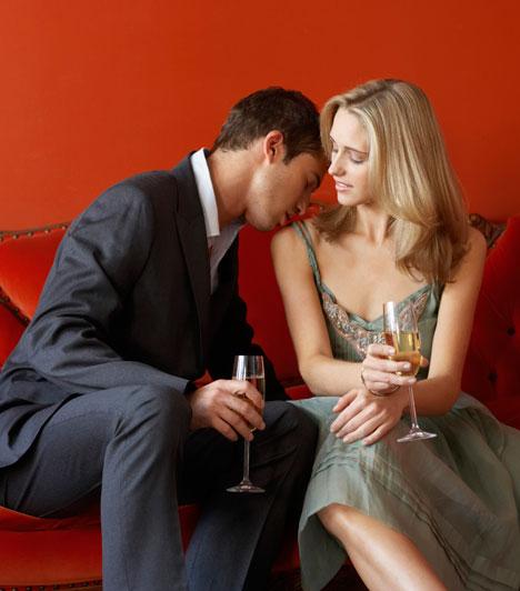 Az illatodat dicséri  Ha megfogta az illatod, szinte biztos, hogy nyert ügyed van, mert a kutatások szerint a férfiak, akárcsak a nők elősorban a szaglásuk alapján választanak. Persze elsősorban a természetes testszag számít, de a jól megválasztott parfüm fokozhatja a csábítást. Ha nem esel túlzásokba a kölnivel, akkor a kettő remek harmóniába kerülhet egymással.  Kapcsolódó cikk: 4 lépés, amivel egy hónapon belül rád talál a szerelem »