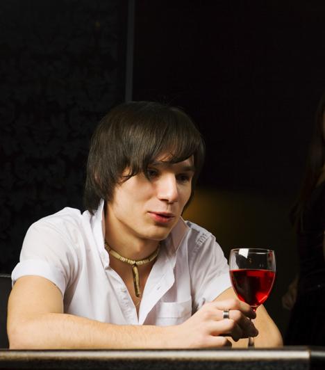 Pohárgörgetés  A hengeralakú tárgyak görgetése nemcsak a nők flörtjele, ez a férfinál is felhívást jelent keringőre.  Kapcsolódó cikk: Láthatatlan vagy a férfi számára? »