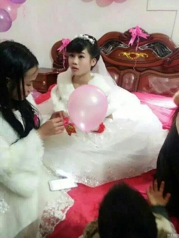 Az esküvői bankettjük után a kínai közösségi médiát elöntötték a róluk szóló cikkek, hiszen törvényileg még nem elég idősek a házassághoz, majd lassan világszerte megismerték esetüket. Arról nem szól forrásunk, hogy ez a házasság a gyerekek fejéből pattant ki, vagy a szülők akarták, csak a gyerekek érzelmeinek valósságát bizonygatják a sorok, illetve a szülők támogató hozzáállását, akik nem bánják azt sem, ha már együtt is lakik a törvényesen még nem egybekelt ifjú pár.