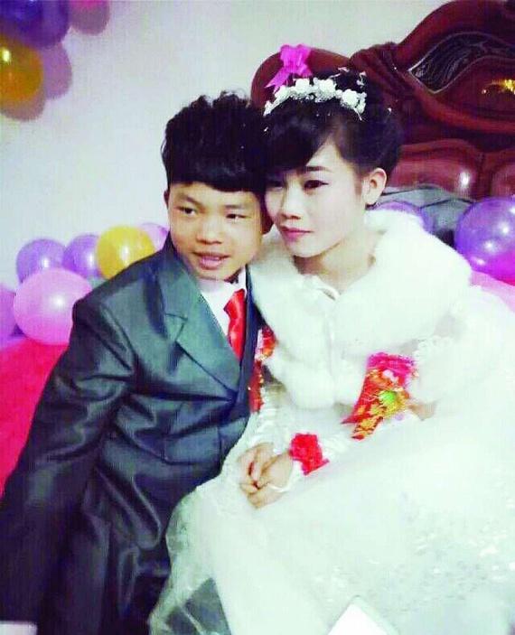 A fiatalok, akik mindössze 16 évesen mondták ki az igent, azt állítják ugyanis, igazán szerelmesek egymásba - e mondatukkal pedig sokak szívét meglágyították. A történet persze még mindig megosztó, hiszen valljuk be, gyerekszerelmek vannak, de mégis két gyerek házasságáról van szó, akik még egyszerűen nem elég érettek a házassághoz.
