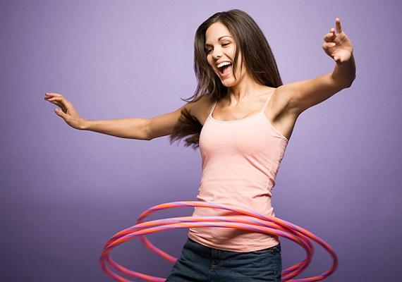 Bármilyen nevetségesen hangzik, a hulahoppozás előnyödre válhat a pasik elbűvölésében. E mozgásforma révén jobban tudod majd uralni a mozdulataidat, a tartásod királynői, a járásod pedig szupermodelles lesz - és még a kilóktól is megszabadulsz.