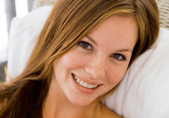 Egy szívből jövő mosoly arról árulkodik, hogy jól érzed magad a bőrödben, és ettől mások is jól érzik magukat a társaságodban. Ráadásul így egyszerre lehetsz titokzatos és szexi.