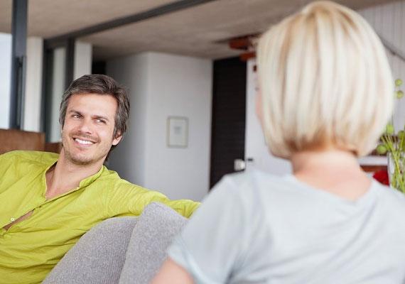 Ha szerelmes a férfi, kíváncsian hallgatja a mondanivalódat, és érdekli, hogy mi történik veled.