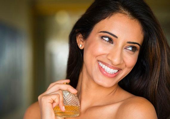 A jó illat is nagyon vonzó a pasik számára. Bár a nő természetes illata is kész szerelemébresztő varázsszer, egy jól megválasztott parfüm sem árthat, ha hódítani akarsz. Fontos, hogy ne tegyél magadra sokat, csak egy kicsit a parfümpontokra.