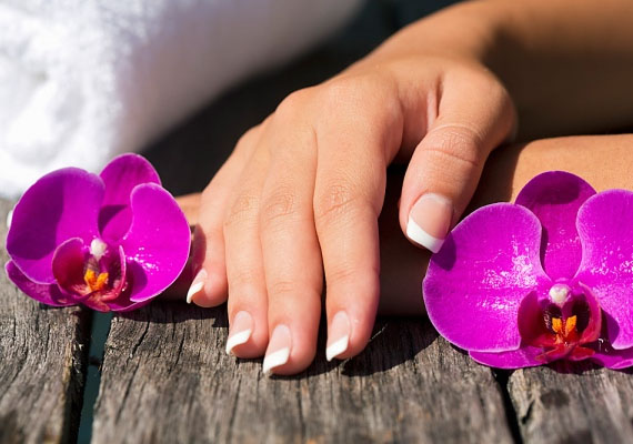 Az egyik legalapvetőbb dolog, hogy egy nőnek legyenek szép és ápolt körmei és finom keze. Ha nem szeretsz a körmeiddel bíbelődni, menj el manikűröshöz, és kérj például tartós géllakkozást! Napi minimum egyszer krémmel ápolni a kezed pedig igazán nem tart sokáig.