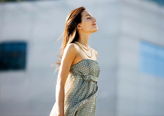 A nőies ruhák igazi pasimágnesként működhetnek, ha az ember a hozzá illő fazont, illetve stílust választja. A romantikus csipke, a légies anyagok, a szoknya, az egyberuhák, az örökzöld női viseletek mind-mind nagyon tetszenek a pasik legtöbbjének.