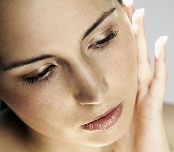 Különböző arcbabráló mozdulatok is kísérhetik a hazugságot, mint amilyen a fül érintése.
