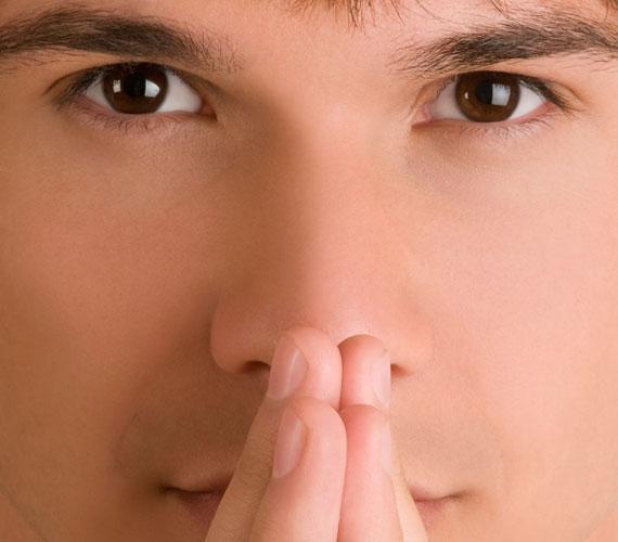 Ha valaki a szája elé teszi a kezét, nem kizárt, hogy csak zavarban van. Ám a hazug ember is így cselekszik.