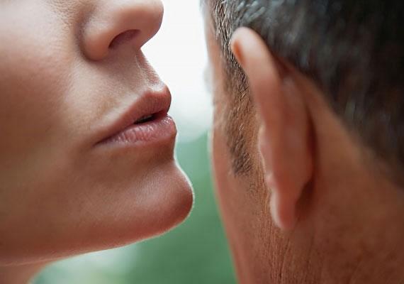 A fülbe suttogással csak óvatosan, mert, míg egy apró lehelet kellemes lehet, addig a fülbe fújás igencsak kellemetlen.