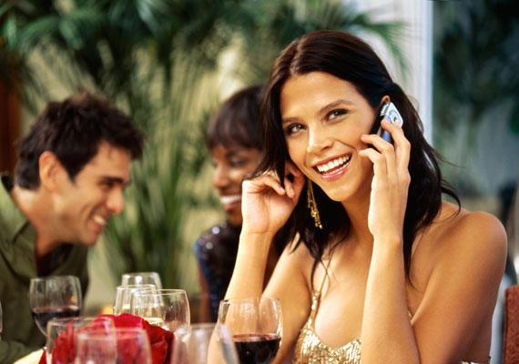 Vannak, akik hangos telefonbeszélgetéssel igyekeznek felhívni magukra a figyelmet.