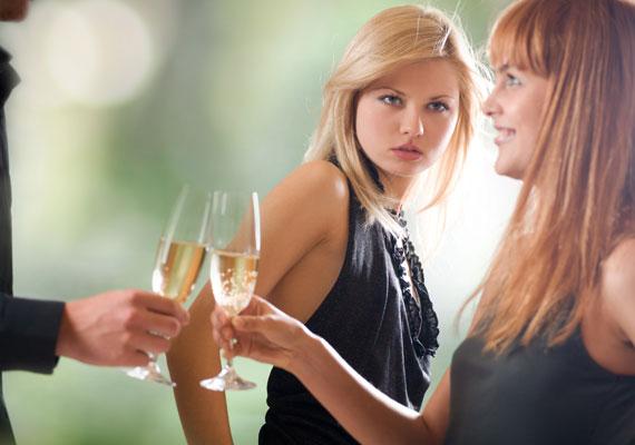 Nem túl kellemes társaság az a nő, aki féltékeny fúriává változik, ha a párja más nővel is beszélget rajta kívül.