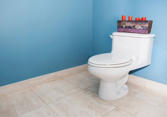 Praktikus, ha külön bejárattal rendelkezik a WC és a fürdőszoba. Ha pedig nem, akkor se használjátok őket párhuzamosan.