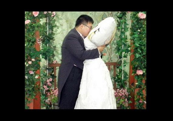 A koreai Lee Jin-gyu egy Japánból importált dakimakurába, azaz anime figurával díszített párnába szeretett bele, melyet az esküvő alkalmára szépen felöltöztetett.