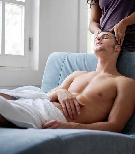 FejAz érzékeny fejbőr simogatása és masszírozása kellemes, lazító hatással van a férfira. Előjáték előtt, és lezárásként is érdemes bevetned.
