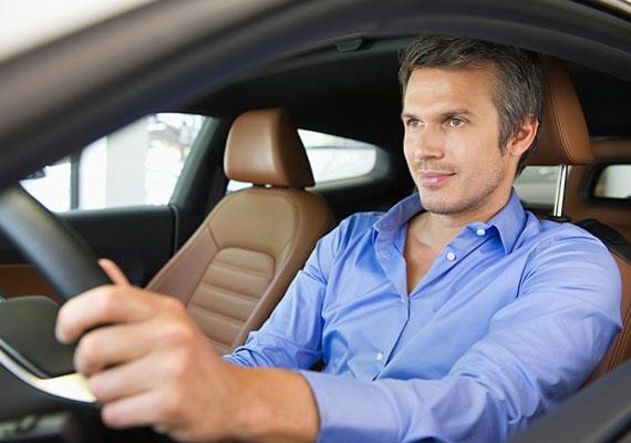 Az autó a férfi számára sokszor erő- és hatalomdemonstráció. Az autók megszállottja ily módon az erejét igyekszik növelni, illetve a hatalmát kiterjeszteni.