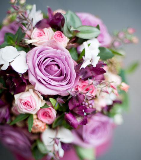 Csokor  A menyasszonyi csokor a boldogság jelképe, és a vőlegénynek is viselnie kell belőle egy darabot a hajtókájában. Legyen benne rozmaring is a boldog házasságért és hűségért.