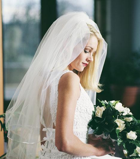 Fátyol  Bár nem mindenki ragaszkodik a fátyolhoz, ennek a darabnak is hagyományos szerepe van. A babona szerint megvédi a menyasszonyt az ártó szándékoktól és a szemmel veréstől.  Kapcsolódó cikk: Melyik az ideális férfikor a házasságra?  »