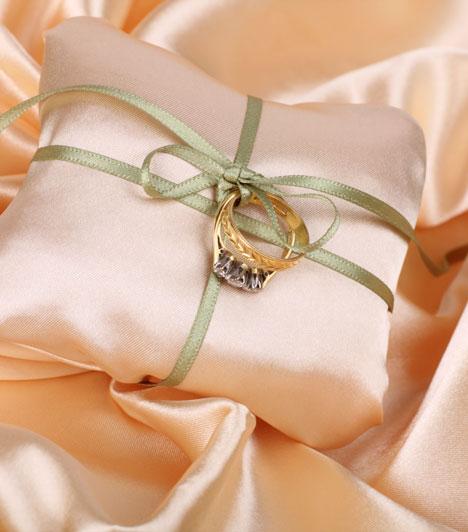 Gyűrű és gyűrűpárna  A gyűrű mellett a gyűrűpárna vagy gyűrűtartó kosárka is fontos kelléke a szertartásnak - nehogy az elgurult gyűrűket kelljen keresni.