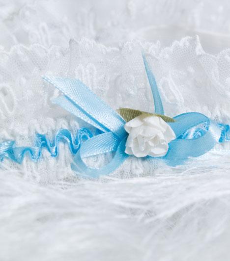 Harisnyakötő  A menyasszonyi ruha kötelező kelléke a harisnyakötő is. A hagyomány szerint azért, mert a vendégek igyekeztek egy-egy darabot megkaparintani a szerencsehozó menyasszonyi ruhából. A harisnyakötő azonban megvédte a menyasszonyt a teljes meztelenségtől.