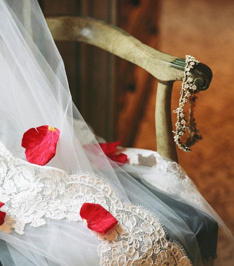 Régi, új, kék, kölcsön  Az angolszász eredetű hagyomány szerint ez a négy kellék elengedhetetlen a boldog házassághoz. A régi és az új a régi és új élet határát szimbolizálja, a kölcsön a barátságot, a kék pedig a hűséget.  Kapcsolódó cikk: Íme, 2011 legemlékezetesebb esküvői fotói »